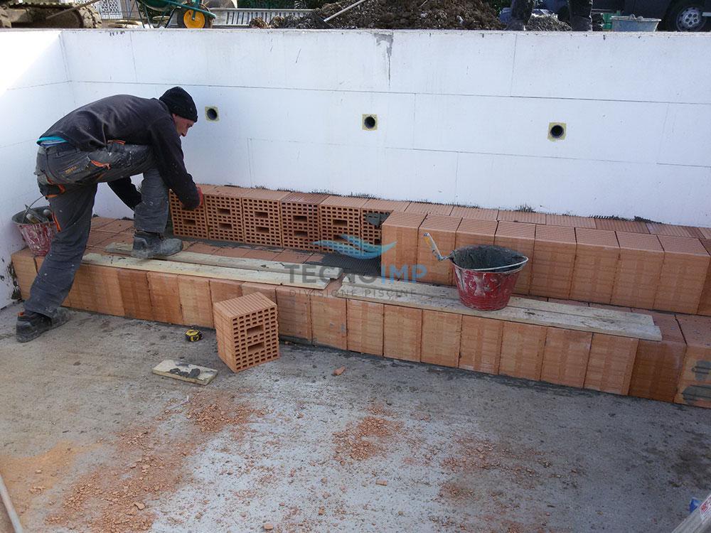 Operaio Tecnoimp al lavoro - Ristrutturazione piscine