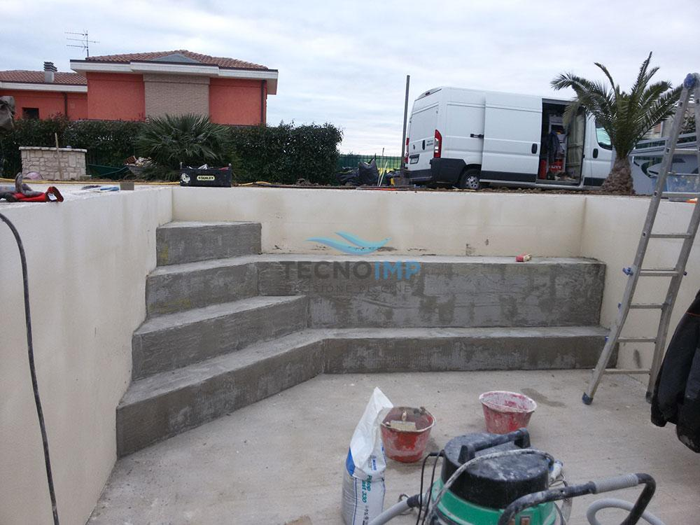 ristrutturazione piscina con scaletta ad angolo