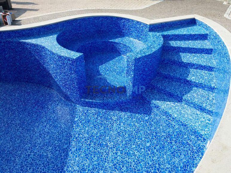 Rivestimenti Piscine in PVC - Piscina a forma libera con mosaico scaletta e vasca idromassaggio
