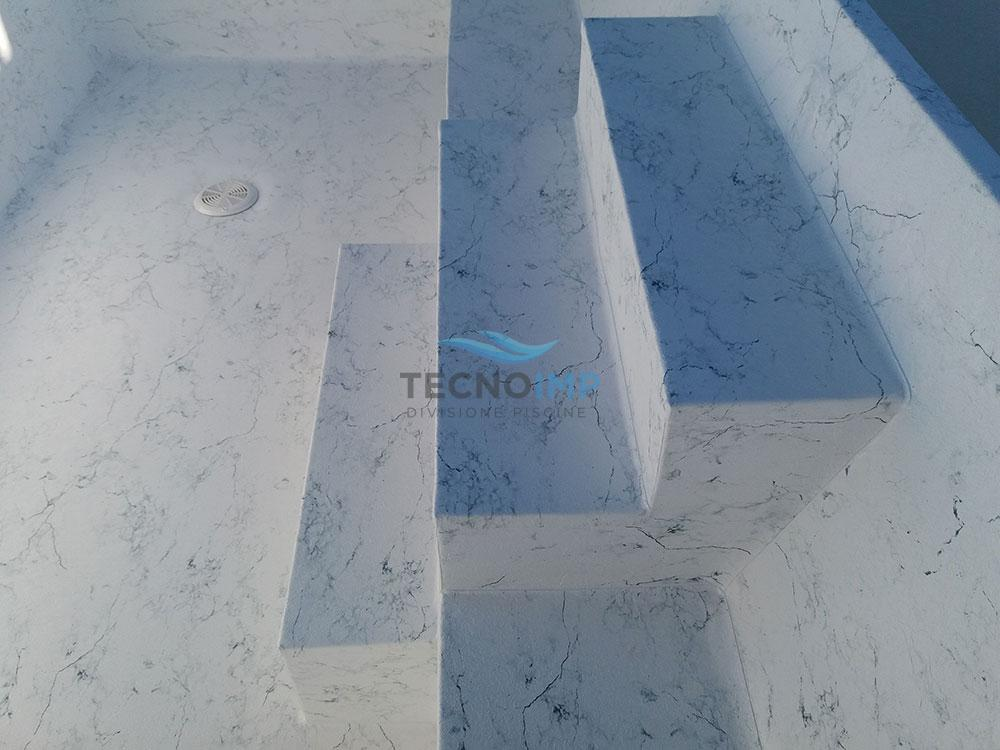 Particolare scaletta piscina rifinita in PVC - cliente Ciampini Srl