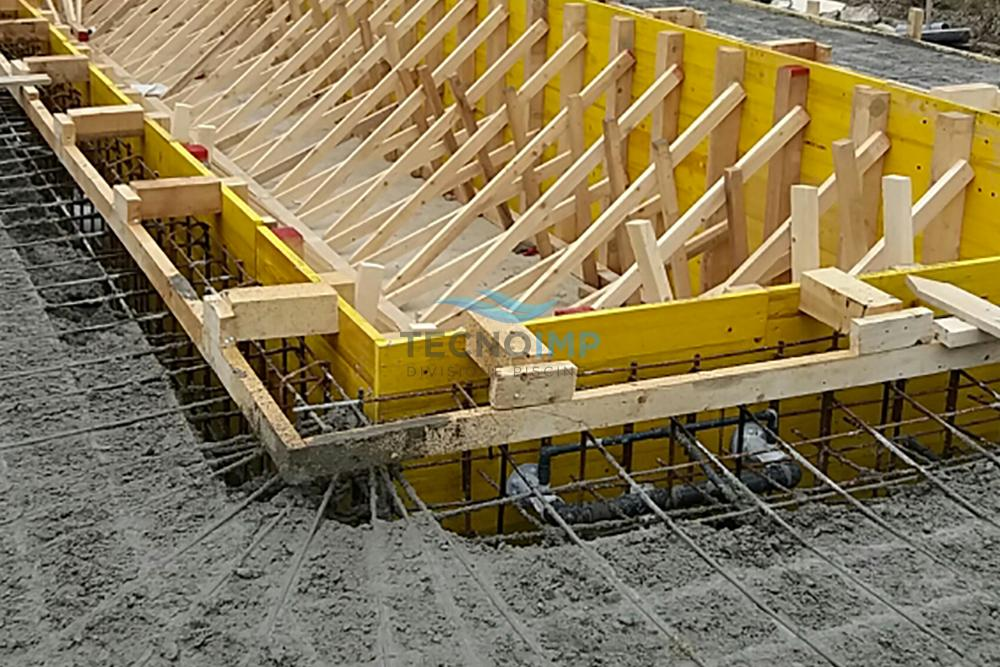 Particolare di una piscina in cemento armato controterra nella fase di getto, realizzata con sistema barchetta Tecnoimp